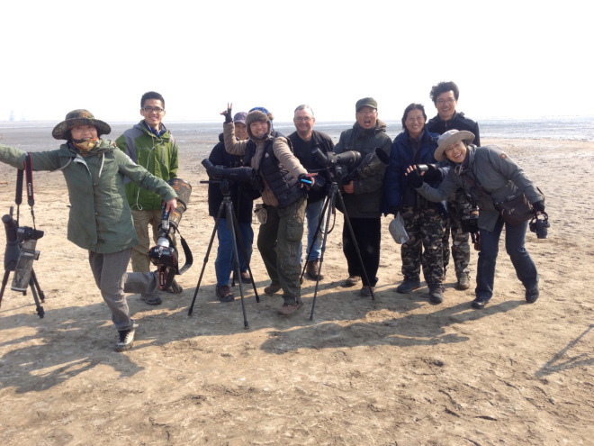 Birders-at-Hangu-Tianjin-on-a-high-from-seeing-10000-Relict-Gulls-Mr-Wang-is-fourth-from-the-right.